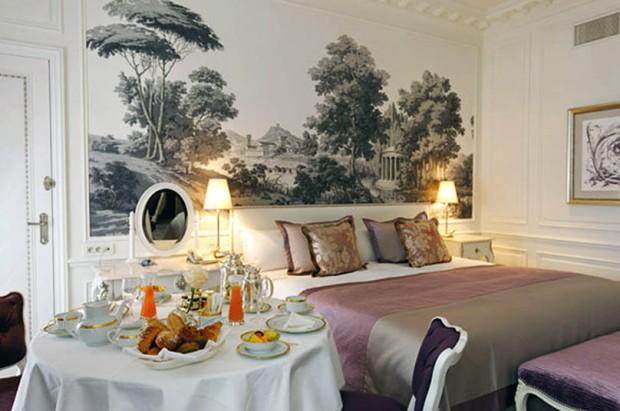 dormitorio decorado en gris, rosa y morado